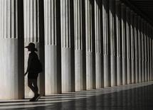 Туристка в Стое Аталла в Афинах 3 сентября 2013 года. Экономика Греции сократилась во втором квартале 2013 года на 3,8 процента в годовом исчислении - минимальным темпом почти за три года - благодаря росту туризма, свидетельствуют данные статистического бюро ELSTAT. REUTERS/John Kolesidis