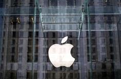 El logo de Apple en la entrada de una de sus tiendas en la quinta avenida en Nueva York, abr 4 2013. Una jueza federal de Estados Unidos que encontró a Apple Inc culpable de haber conspirado para fijar precios de libros digitales dictó una medida el viernes que busca prohibir que el fabricante de iPads vuelva a violar leyes antimonopolio. REUTERS/Mike Segar