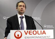 Veolia Environnement a annoncé vendredi le départ de son directeur financier Pierre-François Riolacci, appelé à rejoindre Air-France-KLM d'ici la fin de l'année, ce qui a fortement pesé sur le titre du numéro un mondial du traitement de l'eau et des déchets en Bourse. /Photo d'archives/REUTERS/Jacky Naegelen