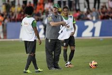 O técnico Luiz Felipe Scolari comanda Marcelo e Neymar durante treino do Brasil nesta sexta-feira. REUTERS / Ueslei Marcelino