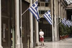 La contraction de l'économie grecque sera moins importante que prévu en 2013 et la croissance sera de retour l'année prochaine, a promis samedi le Premier ministre Antonis Samaras. /Photo prise le 26 août 2013/REUTERS/John Kolesidis