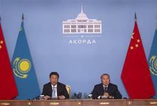 Le président kazakh Nursultan Nazarbayev (à droite) et son homologue chinois Xi Jinping, à Astana. Le Kazakhstan va céder 8,33% de son gisement pétrolier géant de Kashagan à la Chine pour un montant de cinq milliards de dollars, selon des sources proches du gouvernement à Astana. /Photo prise le 7 septembre 2013/REUTERS/Shamil Zhumatov