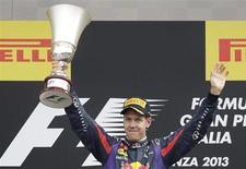 Sebastian Vettel levanta taça após vencer o GP da Itália em Monza, Itália. 08/09/2013 REUTERS/Max Rossi