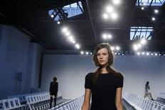A model rehearses before a presentation of the Thakoon Spring/Summer 2014 collection during New York Fashion Week, September 8, 2013. REUTERS/Lucas Jackson