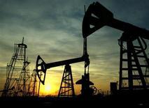 Нефтяные станки-качалки в Баку 16 октября 2005 года. Цены на нефть снижаются из-за фиксации прибыли после 1-процентного роста за две последних сессии за счет вероятного военного удара США по Сирии. REUTERS/David Mdzinarishvili