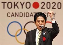 Primeiro-ministro do Japão, Shinzo Abe, gesticula durante comício a favor da candidatura de Tóquio a sede da Olimpíada 2020, em Tóquio. O Japão saboreou nesta segunda-feira a vitória na disputa para receber a Olimpíada de 2020, antevendo um impulso econômico após duas décadas de estagnação e um incentivo para recuperar o país depois da devastadora conjunção de terremoto, tsunami e acidente nuclear em 2011. 23/08/2013. REUTERS/Yuya Shino