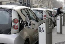 BMW France a contesté mardi toute accusation d'espionnage d'Autolib', société du groupe Bolloré et déclare n'avoir procédé qu'à des tests de routine. /Photo prise le 27 mars 2013/REUTERS/Jacky Naegelen