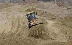 Бульдозер на шахте редкоземельных металлов в городе Наньчан в китайской провинции Цзянси 14 марта 2012 года. Холдинг Группы ИСТ и госкорпорации Ростех, Триарк Майнинг, созданный для разработки редкоземельных металлов (РЗМ), покупает 82.653 тонн монацитового концентрата на складах в Свердловской области, чтобы закрыть потребность российской промышленности в этом виде сырья на ближайшие несколько лет, сообщил Рейтер представитель компании во вторник. REUTERS/Stringer