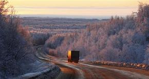 Грузовик на трассе М54 в Красноярском крае 14 декабря 2011 года. Крупнейший российский производитель грузовиков Камаз ожидает снижения рынка тяжелых грузовиков в РФ в 2013 году на 22,3 процента до 91.000 единиц и надеется на небольшой рост в 2014 году, сказал журналистам директор по маркетингу компании Ашот Арутюнян. REUTERS/Ilya Naymushin