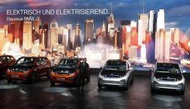 BMW estime que les ventes du groupe sur le marché allemand resteront cette année au même niveau qu'en 2012, grâce au lancement de nouveaux modèles comme la voiture électrique i3 et la troisième génération des 4x4 sportifs X5. /Photo prise le 10 septembre 2013/REUTERS/Ralph Orlowski