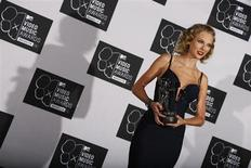 """Taylor Swift holds her award for best female video for """"I Knew You Were Trouble"""" during the 2013 MTV Video Music Awards in New York August 25, 2013. REUTERS/Carlo Allegri"""