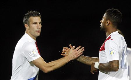 Van Persie double sends Netherlands to World Cup