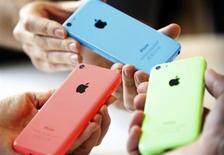 Новые смартфоны iPhone 5C после презентации в Купертино, Калифорния, 10 сентября 2013 года. Apple Inc представила во вторник две версии своего культового смартфона, в том числе менее дорогую модель с цветными корпусами, которая предназначена для потребителей в развивающихся странах. REUTERS/Stephen Lam
