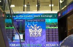 Вид на табло Лондонской фондовой биржи 2 января 2013 года. Рост акций разработчика микросхем ARM и снижение угрозы применения военной силы против Сирии помогают европейским фондовым рынкам держаться вблизи трехмесячных максимумов в начале торгов. REUTERS/Paul Hackett