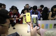 Le prix de l'iPhone 5C présenté par Apple mardi pour tenter de séduire les consommateurs des marchés émergents a pris au dépourvu les investisseurs et les fans de la marque en Chine. Proposé sans abonnement à 4.488 yuans (550 euros), le nouveau smartphone d'entrée de gamme d'Apple est vendu plus cher en Chine qu'aux Etats-Unis (549 dollars ou 413 euros). En comparaison le nouvel iPhone 5S ne coûte que 800 yuans (97 euros) de plus. /Photo prise le 11 septembre 2013/REUTERS/Jason Lee