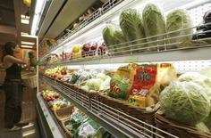 Полка с овощами и фруктами в московском магазине 22 июня 2007 года. Потребительские цены в России вернулись к привычной динамике после месячного перерыва - за период с 3 по 9 сентября 2013 года инфляция составила 0,1 процента, как и с начала месяца, сообщил в среду Росстат. REUTERS/Sergei Karpukhin