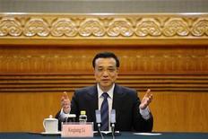Premiê chinês, Li Keqiang, fala durante reunião com líderes empresariais em Pequim. Keqiang prometeu nesta quarta-feira avançar com as reformas, com a mudança do sistema financeiro no centro de sua agenda, observando que a segunda maior economia do mundo está estável mas que há uma necessidade de se proteger contra riscos. 5/06/2013. REUTERS/Wang Zhao/Pool