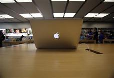 Foto de archivo de una laptop MacBook Air en una tienda de Apple en Pasadena. Julio 22, 2013. REUTERS/Mario Anzuoni