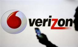 Una persona junto a un logo de Verizon en Zenica, Bosnia y Herzegovina, sep 3 2013. La estadounidense Verizon Communications lanzó el miércoles una emisión de bonos por 49.000 millones de dólares en varios tramos, para financiar la compra de la porción del emprendimiento Verizon Wireless que aún no posee por 130.000 millones de dólares, informó IFR, un servicio de Thomson Reuters. REUTERS/Dado Ruvic