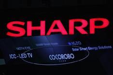 Логотип Sharp Corp на выставке CEATEC JAPAN 2012 в Тибе 2 октября 2012 года. Японская Sharp Corp планирует привлечь около 150 миллиардов иен ($1,5 миллиарда) за счет размещения акций и может принять окончательное решение уже на следующей неделе, сказали Рейтер источники, знакомые с ситуацией. REUTERS/Yuriko Nakao