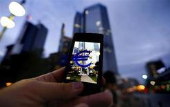 La Commission européenne a officiellement présenté mercredi son projet de réforme du marché des télécommunications, qui vise à créer un marché unique dans les 28 pays de l'Union européenne et prévoit notamment de plafonner le prix des appels téléphoniques transfrontaliers. /Photo d'archives/REUTERS/Kai Pfaffenbach