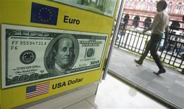 El dólar cayó el jueves desde un máximo de siete semanas contra el yen pero registró pocos cambios frente al euro, debido a que los rendimientos de los bonos del Tesoro de Estados Unidos bajaron y los inversores especularon que la Reserva Federal será cautelosa sobre una reducción de su estímulo monetario este mes. En la foto de archivo, un hopmbre pasa por delante de un cartel de un comercio de compra y venta de divisas en Sri Lanka. Junio 11, 2013. REUTERS/Dinuka Liyanawatte