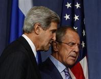 Глава МИД РФ Сергей Лавров (справа) и госсекретарь США Джон Керри на встрече в Женеве 12 сентября 2013 года. Россия и США начали переговоры о передаче принадлежащего Сирии химического оружия под международный контроль. REUTERS/Larry Downing