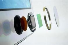 Детальный витд устройства по считыванию отпечатка пальца на новом iPhone 5S в Купертино 10 сентября 2013 года. Установив сканер отпечатка пальца в свой новый телефон, Apple Inc, возможно, предлагает нам заглянуть в захватывающее будущее, в котором ваш любимый гаджет может стать биометрическим пропуском на рабочее место, в интернет-магазин или на закрытую вечеринку. REUTERS/Stephen Lam