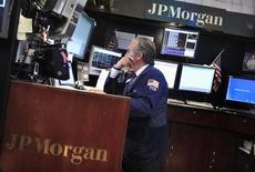 Selon le Wall Street Journal, qui cite des sources au fait du dossier, JPMorgan Chase compte consacrer quatre milliards de dollars de plus et mobiliser 5.000 employés supplémentaires à régler les questions relatives à la gestion du risque et à la réglementation, la banque faisant l'objet d'enquêtes multiples. /Photo d'archives/REUTERS/Shannon Stapleton