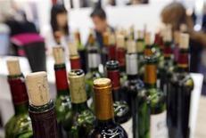 Бутылки вина на выставке Vinexpo в Бордо 18 июня 2013 года. Французские виноделы не смогут произвести много вина урожая 2013 года из-за холодной весны и нестабильной погоды, однако сам напиток будет отличаться высоким качеством. REUTERS/Regis Duvignau