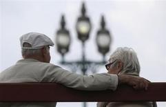 Пожилая пара сидит на скамейке в Ангьен-ле-Бэн 26 августа 2013 года. Министр финансов Франции Пьер Московиси заявил в пятницу, что темп реформирования второй по величине экономики еврозоны не может быть ускорен, отреагировав на критику о зависимости страны от внешних факторов для генерирования роста. REUTERS/Christian Hartmann