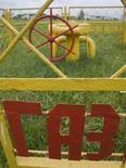 """Надпись """"Газ"""" на ограждении газопровода близ Минска 22 июня 2010 года. Белоруссия ждет в следующем году подорожания российского газа до $175 со $163-165 за 1.000 кубометров в текущем и прошлом годах, сказал белорусский вице-премьер Владимир Семашко. REUTERS/Vladimir Nikolsky"""