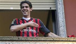 Jogador brasileiro Kaká aparace com a camisa do Milan, após chegar a Milão. Kaká será titular do Milan na partida de sábado contra o Torino, em seu retorno ao Campeonato Italiano após ter deixado o Real Madrid, disse o técnico Massimiliano Allegri nesta sexta-feira. 2/09/2013. REUTERS/Stringer