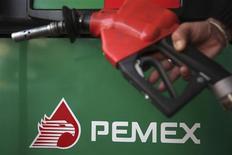 La propuesta de reforma fiscal del Gobierno de México podría permitir a la petrolera estatal tener ganancias anuales de entre 7,000 millones y 9,000 millones de dólares a partir de 2015, dijo el viernes el secretario de Hacienda, Luis Videgaray. En la foto de archivo, el logo de Pemex en una estación de gasolina en la capital mexicana. Nov 23, 2012. REUTERS/Edgard Garrido