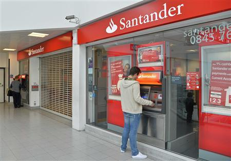 Customers use ATM machines at the Surrey Quays branch of Santander Bank, whilst the premises remain closed , in Surrey Quays, south London, September 13, 2013. REUTERS/Toby Melville