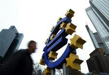 L'Allemagne travaille sur un projet qui permettrait la mise en oeuvre d'une union bancaire en zone euro sans avoir à modifier le Traité européen, une démarche qui pourrait lever un obstacle majeur à la mise en place du projet le plus ambitieux depuis la création de l'euro. /Photo d'archives/REUTERS/Alex Grimm