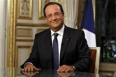 Invité du journal de TF1, François Hollande a déclaré que la courbe du chômage était sur le point de s'inverser. Le chef de l'Etat a par ailleurs confirmé qu'il n'y aurait aucune taxe nouvelle introduite dans le budget 2014 ni de rééquilibrage dans la fiscalité entre le diesel et l'essence, une des exigences des partenaires écologistes de la majorité. /Photo prise le 15 septembre 2013/REUTERS/François Mori/Pool