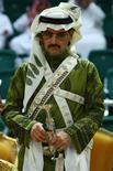 Саудовский принц Альвалид бин Талал на фестивале в Эр-Рияде 10 марта 2009 года. Саудовский принц-миллиардер Альвалид бин Талал, владеющий пакетом акций платформы микроблогов Twitter Inc, ждет IPO компании в этом году или начале 2014 года, однако не планирует продавать свои акции. REUTERS/Fahad Shadeed