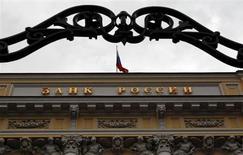 Штаб-квартира ЦБ РФ в Москве 13 сентября 2013 года. Центробанк РФ вновь хочет повысить требования к резервам под потери по необеспеченным потребкредитам с марта 2014 года в попытке снизить рост рынка до заветных 10-15 процентов. REUTERS/Maxim Shemetov