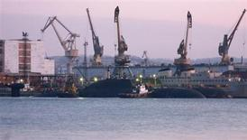 Два буксира ведут атомную подводную лодку (на переднем плане) на базу в городе Большой Камень 9 ноября 2008 года. Тихоокеанский флот РФ сообщил, что обошедшийся без жертв и продолжавшийся пять часов пожар на атомной подлодке в Приморье в понедельник потушен, а ядерные реакторы были заглушены и боекомплект выгружен до постановки субмарины в ремонт. МЧС не зафиксировало изменений радиационного фона в регионе. REUTERS/Stringer