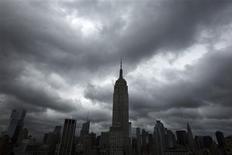 Imagen de archivo de unas nubes dse tormenta pasando por sobre el edificio Empire State en Nueva York, jun 13 2013. El ritmo de crecimiento del sector manufacturero en el estado de Nueva York se desaceleró inesperadamente este mes, pero el panorama de las empresas mejoró, mostró el lunes un informe de la Reserva Federal de Nueva York. REUTERS/Lucas Jackson