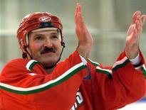 Александр Лукашенко празднует победу в хоккейном матче в Минске 10 ноября 2000 года. Александр Лукашенко приказал застраховать от бойкота предстоящий в 2014 году чемпионат мира по хоккею в Белоруссии. REUTERS/Reuters Photographer