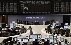 Трейлеры на торгах фондовой биржи во Франкфурте-на-Майне 12 сентября 2013 года. Европейские акции снижаются за счет автомобильных компаний, но еще близки к пятилетнему максимуму. REUTERS/Remote/Stringer
