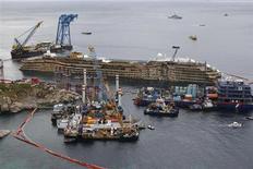 Поднятый со дна круизный лайнер Costa Concordia в Джилио 17 сентября 2013 года. Затонувший в январе 2012 года круизный лайнер Costa Concordia был поднят рано утром во вторник в результате 19-часовой операции вблизи итальянского острова Джилио в Средиземном море. REUTERS/Tony Gentile