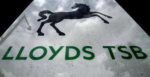 Небо отражается в вывеске банка Lloyds TSB в Лондоне 30 июня 2011 года. Великобритания получила 3,2 миллиарда фунтов ($5,1 миллиарда) от продажи 6-процентной доли акций Lloyds Banking Group, что стало важным этапом в восстановлении экономики после финансового кризиса 2008 года. REUTERS/Luke MacGregor/Files