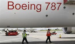 Работники аэропорта Найроби проверяют самолет 787 Dreamliner авиакомпании Ethiopian Airlines 27 апреля 2013 года. Boeing Co проведет первый официальный полет своего удлиненного лайнера 787-9 Dreamliner во вторник в 10 утра по тихоокеанскому времени (21.00 МСК). REUTERS/Thomas Mukoya