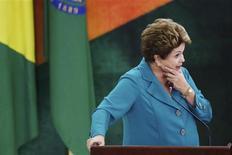 """Presidente Dilma Rousseff fotografada durante cerimônia na qual sancionou a lei que destina os royalties do petróleo para a educação e saúde, no Palácio do Planalto, em Brasília. Dilma afirmou nesta terça-feira que o governo federal está fazendo uma """"reavaliação grande"""" das concessões de rodovias e poderá assumir as obras quando necessário, após o leilão pela concessão da rodovia BR-262 (ES/MG) ter ficado sem nenhum interessado. 9/09/2013. REUTERS/Celso Junior"""