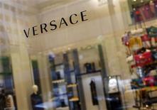 El logo de una tienda de la cadena Versace en Nueva York, mayo 19 2013. Los precios al consumidor en Estados Unidos apenas subieron en agosto debido a una caída en el costo de la energía, pero un incremento en alquiler y costos médicos apuntaban a una estabilización de la inflación subyacente, que podría permitir a la Reserva Federal comenzar a reducir sus compras de bonos. REUTERS/Eric Thayer