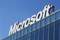 El logo de Microsoft en sus oficinas de Bucarest, mar 20 2013. El gigante del software Microsoft anunció el martes un alza de su dividendo trimestral y un programa de recompra de acciones por hasta 40.000 millones de dólares. REUTERS/Bogdan Cristel