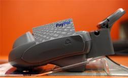 Una tarjeta de Paypal en un cajero automático en una tienda de la cadena Home Depto en Daly City, EEUU, feb 21 2012. Los bancos franceses BNP Paribas y Société Générale se sumaron al banco postal estatal de Francia para lanzar un servicio de pago electrónico, con la esperanza de contrarrestar a otras entidades ya dominantes como Paypal de eBay. REUTERS/Beck Diefenbach